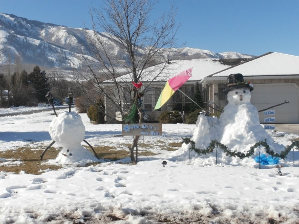 Large snowmen sculptures in a front yard